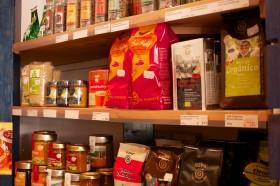 Verschiedene Sorten Kaffeepackungen stehen im Regal