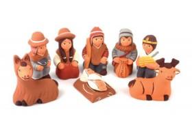 5 kleine peruanische Keramikfiguren, davor das Jesuskind